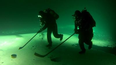 Сибирские дайверы сыграли в подледный хоккей