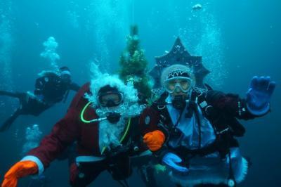 Дайверы отмечают Новый год хороводами под водой